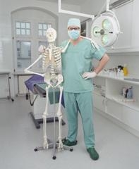Der menschliche Körper hat über 200 Knochen. Dr. Köhler kennt sie alle ...